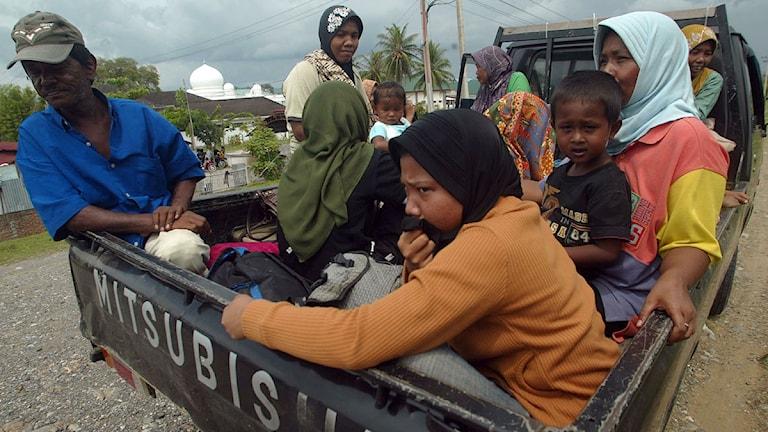 Invånare i Aceh gör sig beredda att fly efter en jordbävning. Foto: Heri Juanda/Scanpix.