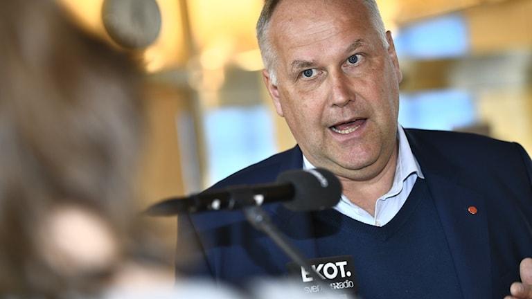 Jonas Sjöstedt intervjuas av Ekot