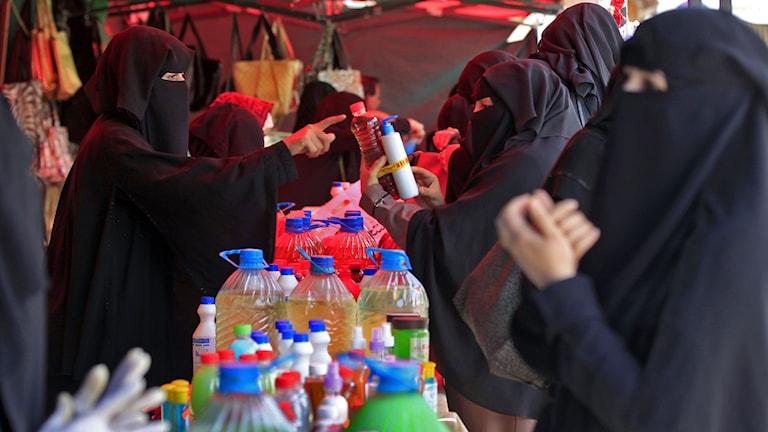 Några kvinnor handlar tvål och handsprit på en marknad i Jemens rebellkontrollerade huvudstad Sanaa.