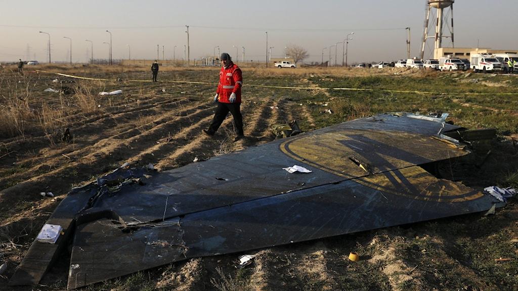 Räddningsarbetare arbetar på platsen för flygkraschen utanför Tehran i Iran.