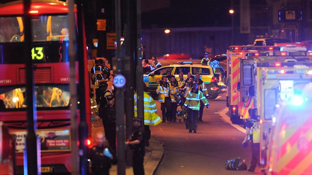 Räddningspersonal på plats vid London bridge.