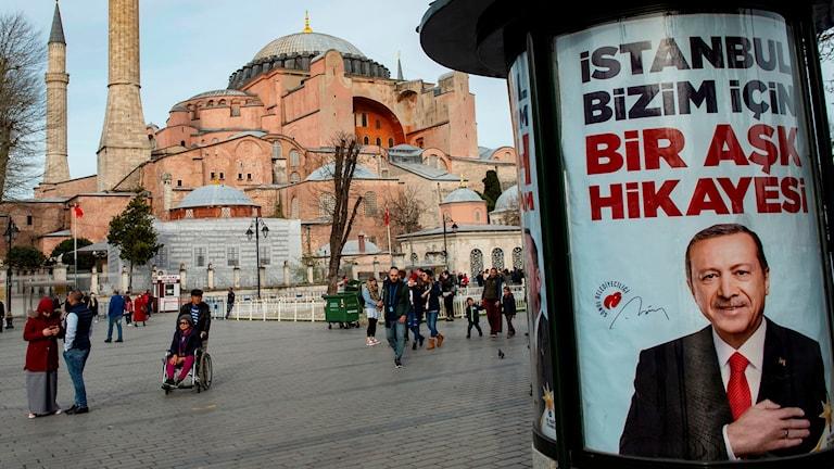 Valaffisch framför kyrkan Hagia Sophia.