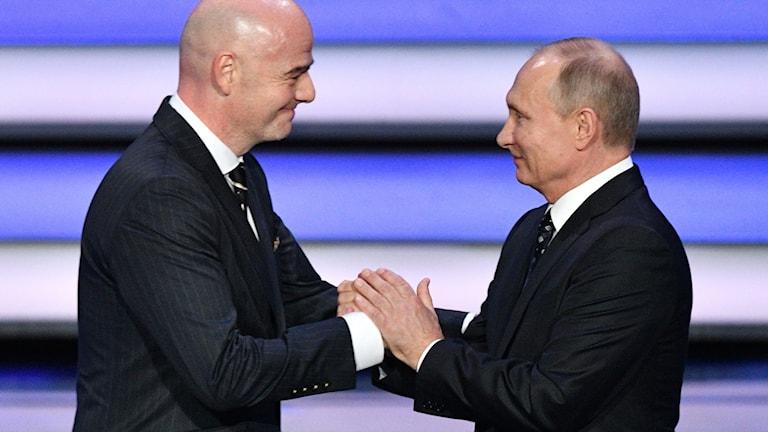 Två män tar i hand.