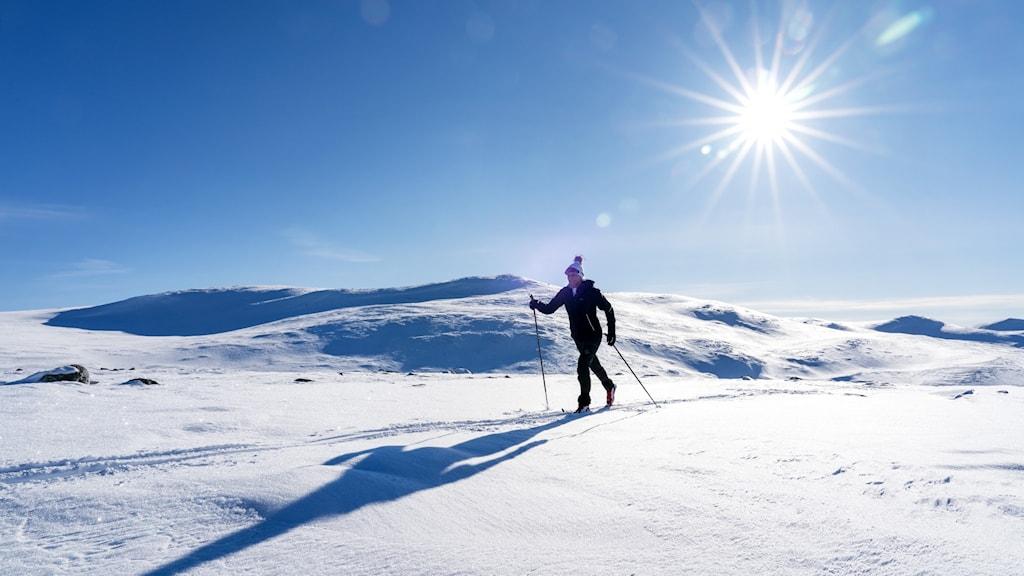 Kvinna på skidor i norska fjällen.