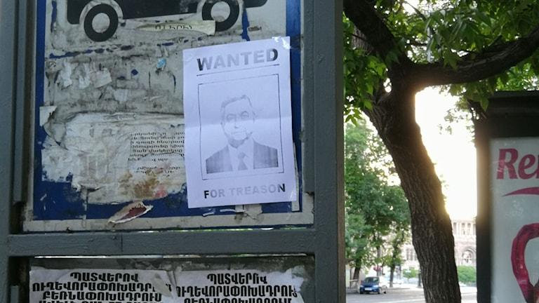 """Fortfarande sitter lappar kvar med """"efterlysning"""" av premiärminister Serzj Sarkisian, som ju avgått efter protesterna"""