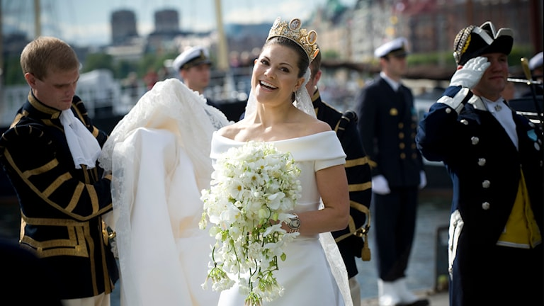 Kronprinsessan Victoria och Prins Daniel går ombord på slupen Vasaorden för färden från Vasamuseet till Stockholms slott efter kortegen genom stan efter vigseln på lördagen.