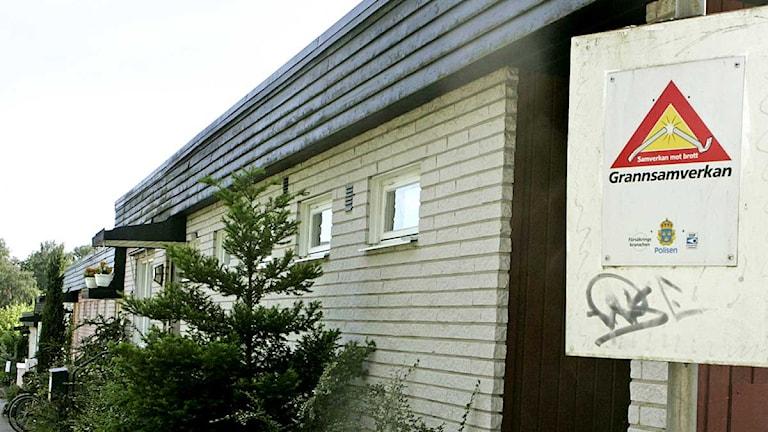 En skylt berättar att villaområdet är med i Grannsamverkan mot inbrott. Arkivfoto: Bertil Ericson/Scanpix.