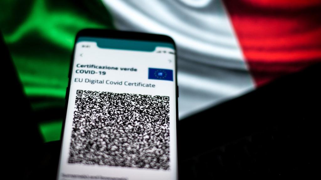 Digitalt grönt covidpass med italienska flaggan som bakgrund