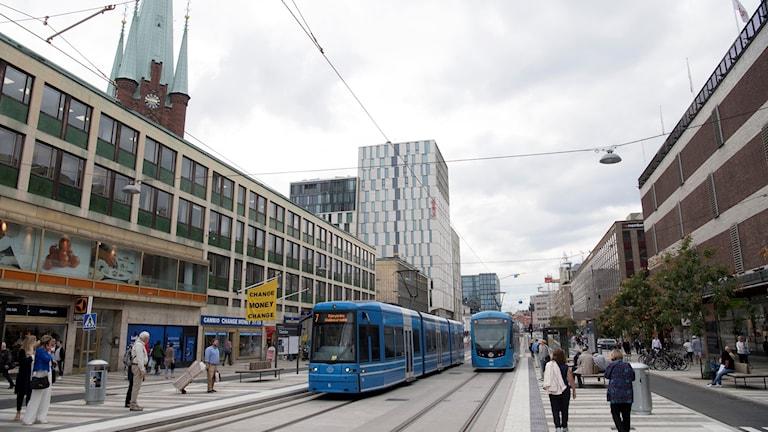 På Klarabergsgatan i Stockholm är biltrafiken flyttad  till förmån för spårvagnen.