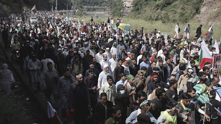 Tusentals människor i ett protesttåg