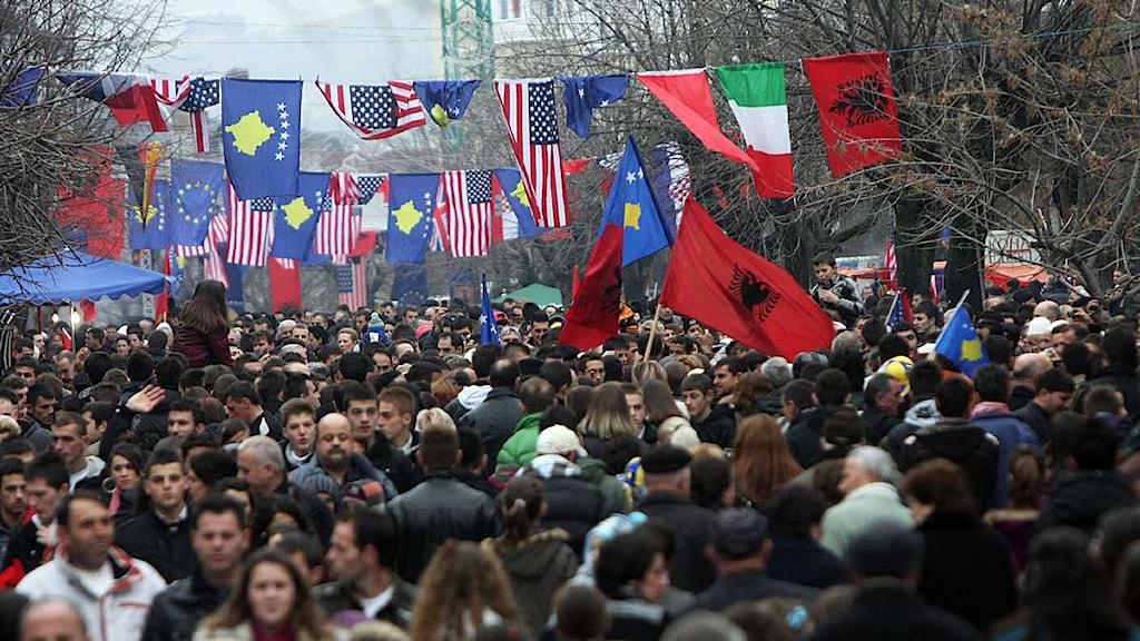 Tusentals kosovaner manifesterar tvåårsdagen av självständigheten i Kosovo. Foto: Visar Kryeziu/Scanpix.