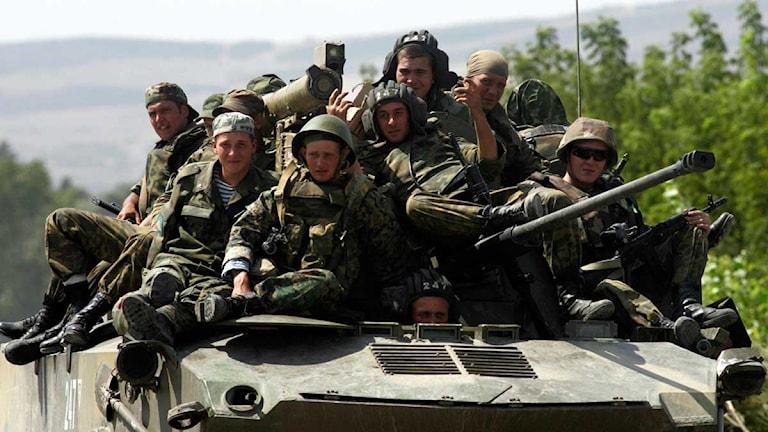 Ryska soldater som sitter på ett stridsfordon. Foto: Sergei Grits/Scanpix.