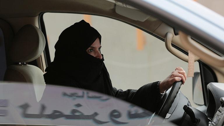 Kvinna som kör bil