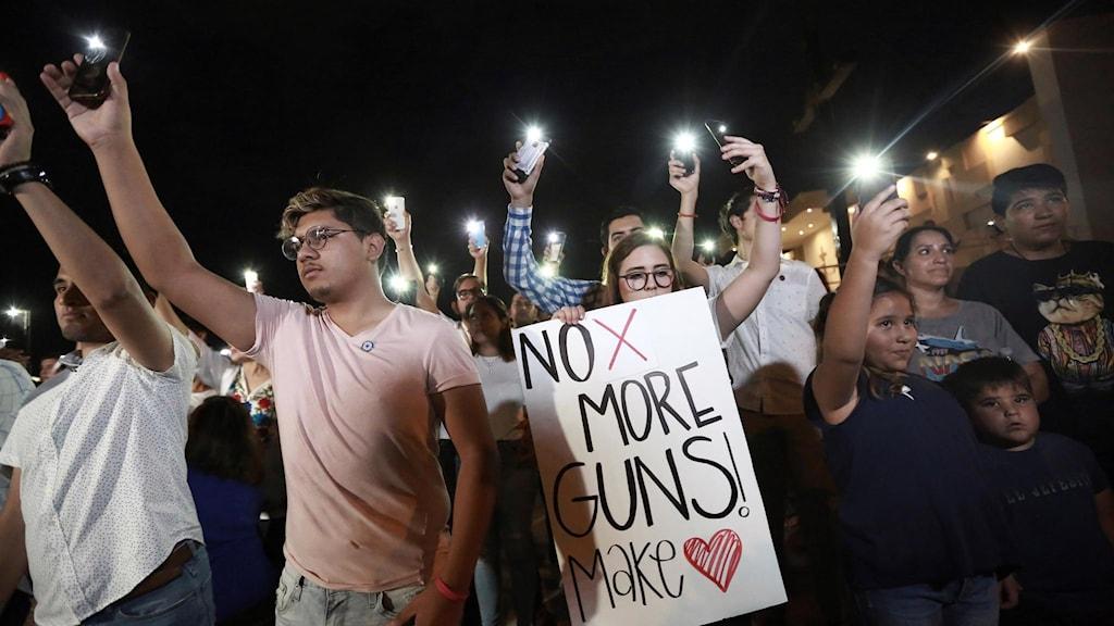 Människor som samlats för en minnesstund för de tre mexikanska medborgare som dödats i masskjutningen i gränsstaden El Paso, Texas, där 20 personer dödades under lördagen.