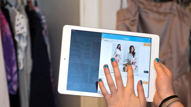 näthandel kläder: en tjej klickar på en padda