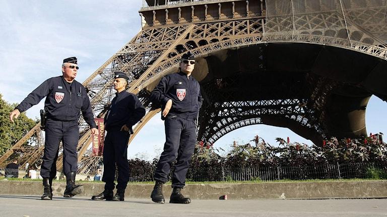 Poliser vid Eiffeltornet i Paris. Foto: Francois Mori/Scanpix.