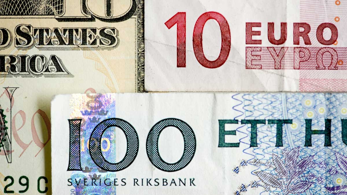 En svensk 100-kronorssedel, en 10-eurosedel och en 10-dollarsedel. Foto: Henrik Montgomery/Scanpix