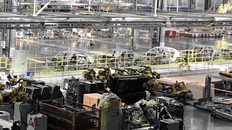 Flera bilkarosser inne på produktionslinan i Nevs fabrik i Tianjin