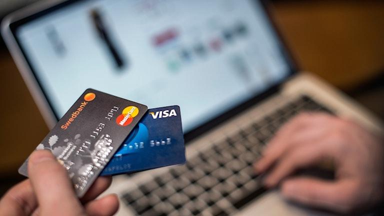 kreditkort vid en dator.