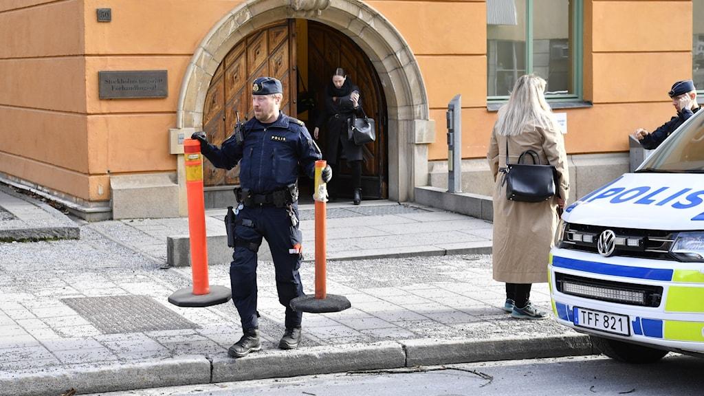 En kvinna och en polis.