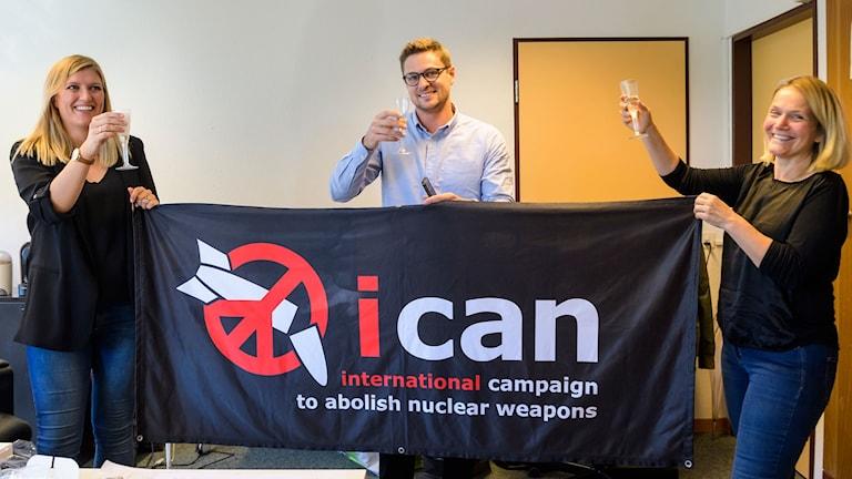 Beatrice Fihn, vänster, generalsekreterare för International Campaign to Abolish Nuclear Weapons (ICAN) gläds med organisationens Daniel Hogsta och Grethe Ostern