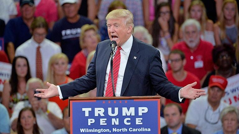 Republikanernas presidentkandidat Donald Trump talartill sina anhängare i North Carolina.