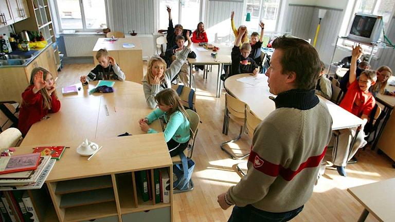 En lärare står i klassrummet. Arkivfoto: Drago Prvulovic/Scanpix.