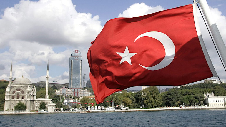 Turkisk flagga på en båt vid Bosporen. Foto: Murad Sezer/Scanpix