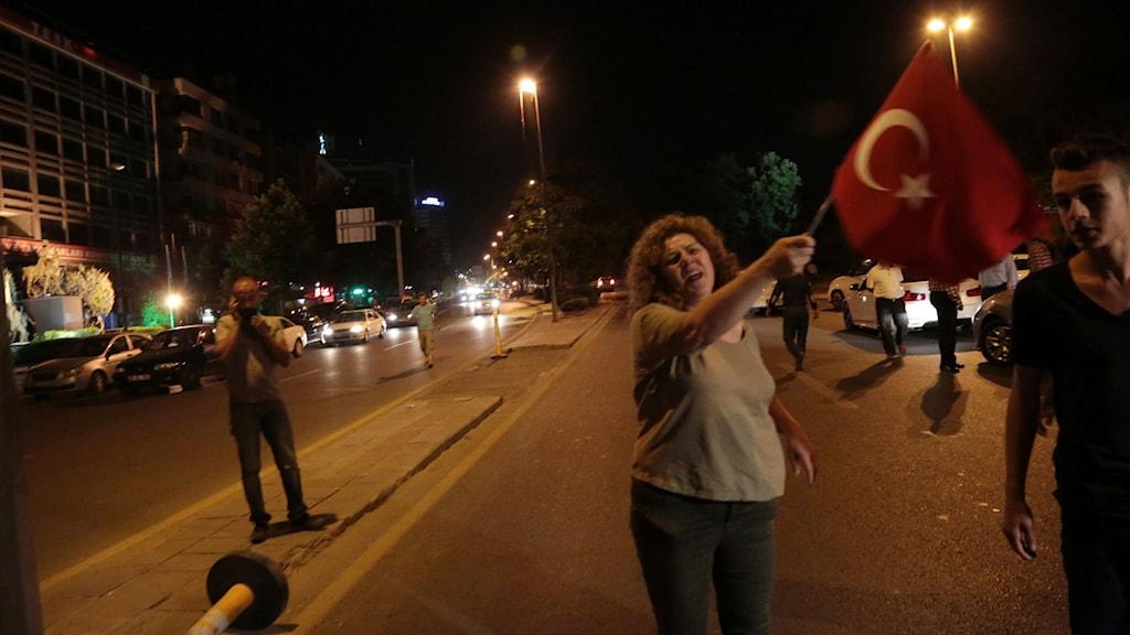 Kvinna som viftar på en turkisk flagga. Foto: Burhan Ozbilici/TT.