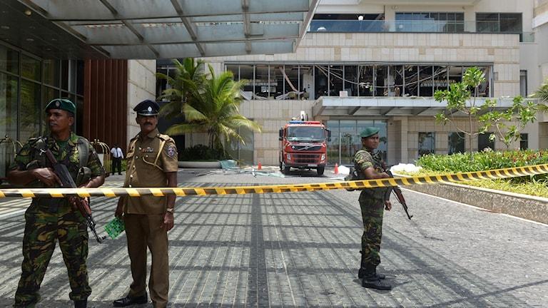 Säkerhetsvakter utanför ett av de drabbade hotellen, Shangri-La Hotel i Colombo.