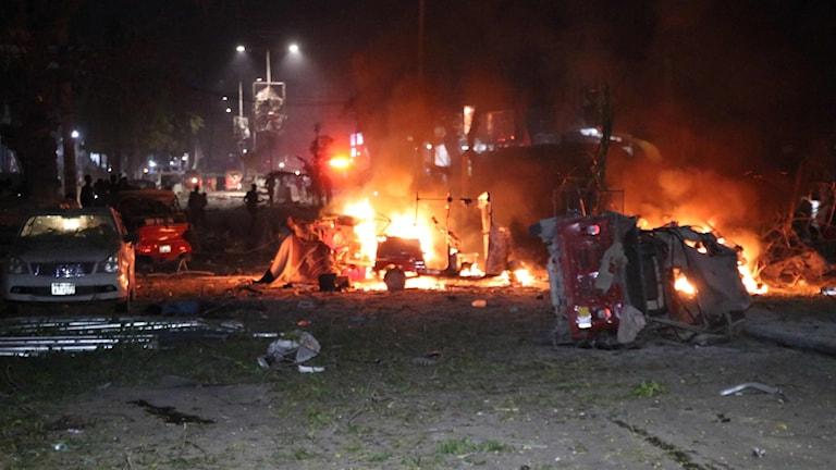 Brinnande bilar efter dådet i Somalia.