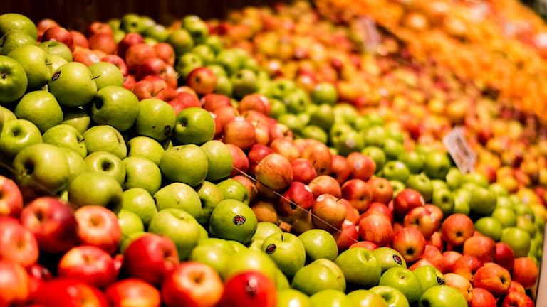 Flera olika äppelsorter i en butik