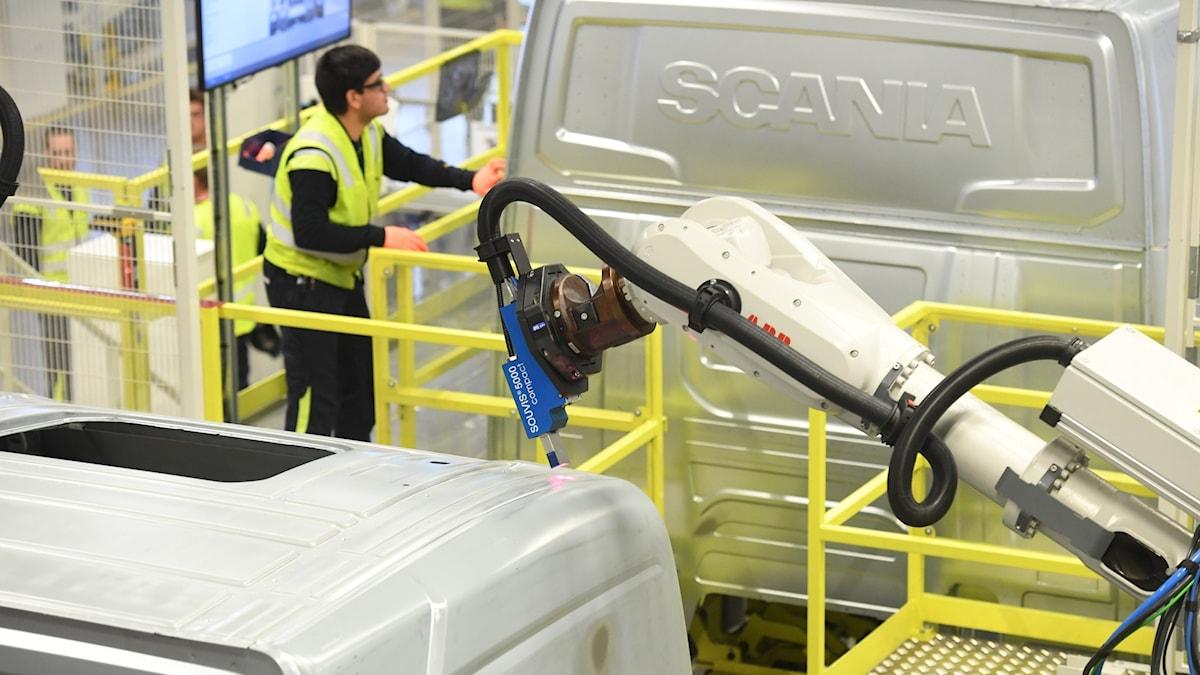 En lastbil tillverkas inne i en av Scanias fabriker