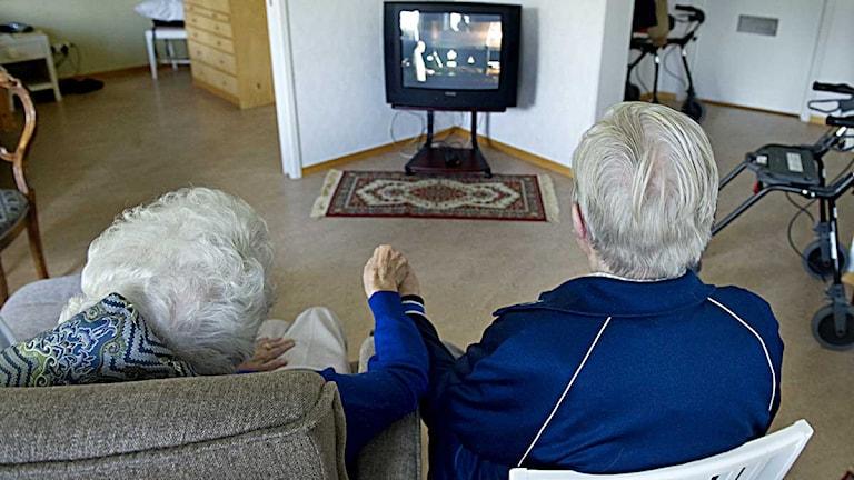 Ett äldre par ser på tv tillsammans. Foto: Jessica Gow/Scanpix.