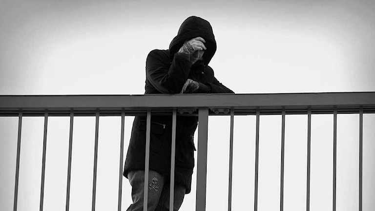 Deprimerad kvinna på bro. Foto: Claudio Bresciani/Scanpix.