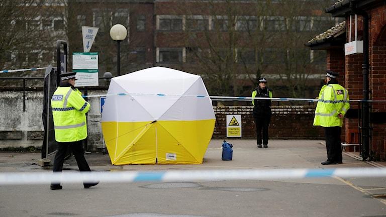Poliser vaktar platsen där Sergei Skripal och hans dotter utsattes för ett mordförsök, i Salisbury, England.