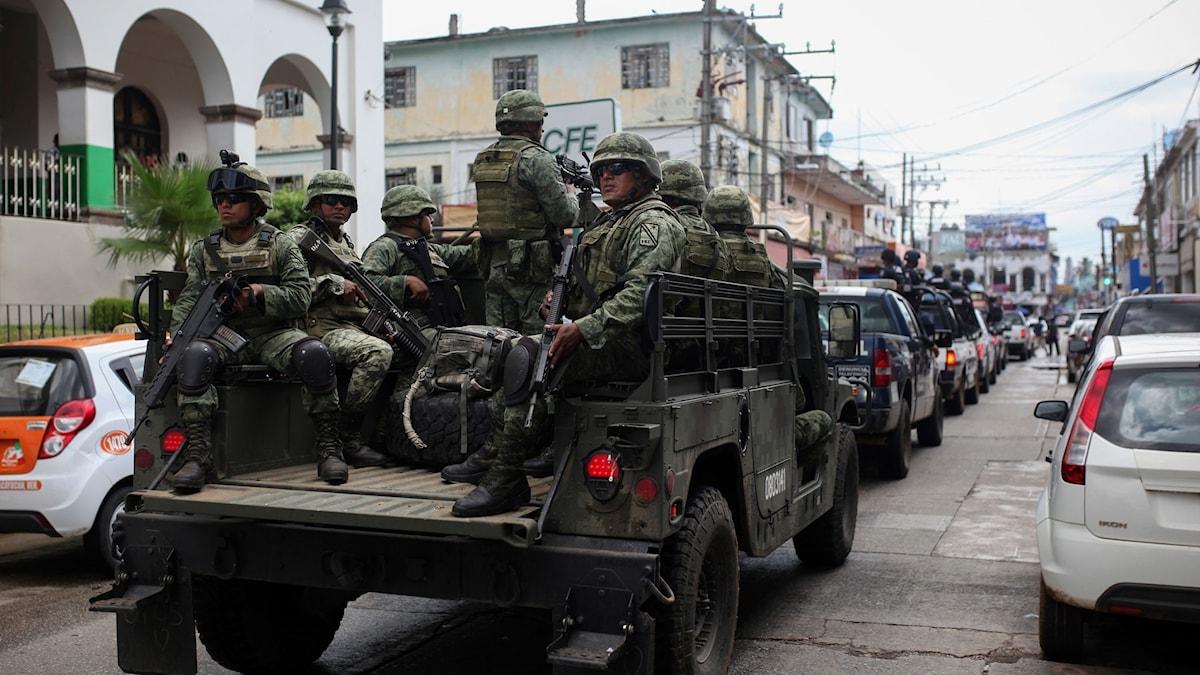 Arkivbild. Soldater patrullerar i staden Acayucan i sydöstra MExiko.