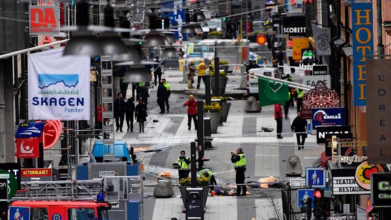 Räddningspersonal arbetar på platsen där en lastbil körde in i folkmassorna i Stockholm.