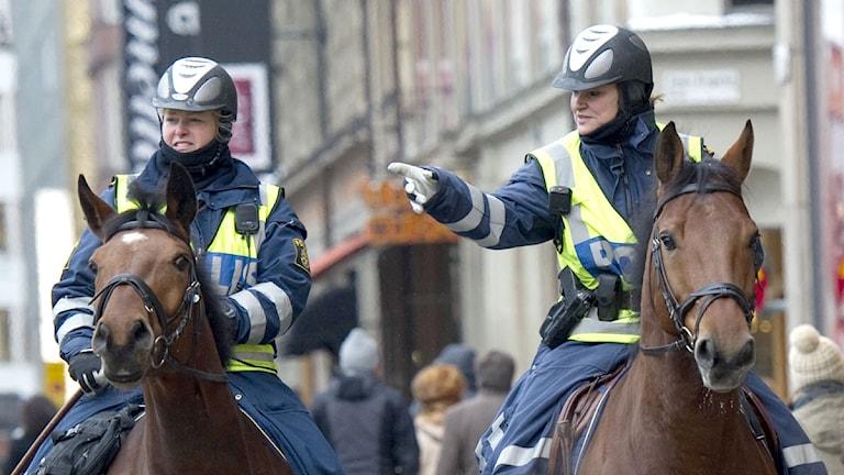 Ridande polis patrullerar i Stockholm city. Foto: Fredrik Sandberg/Scanpix