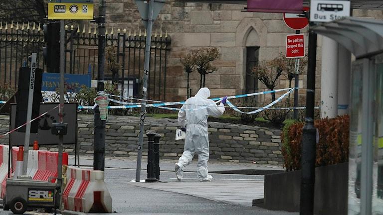Polisens tekniker på väg in på Glasgows universitet där ett misstänkt paket visade sig vara ännu en brevbomb.