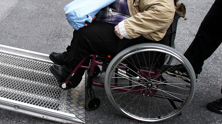 Kvinna körs in med sin rullstol i en färdtjänstbil. Arkivfoto: Malin Hoelstad/Scanpix.