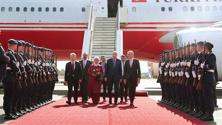 Turkiets president Recep Tayyip Erdoğan, i mitten, anlände till Tyskland tillsammans med sin fru Emine.