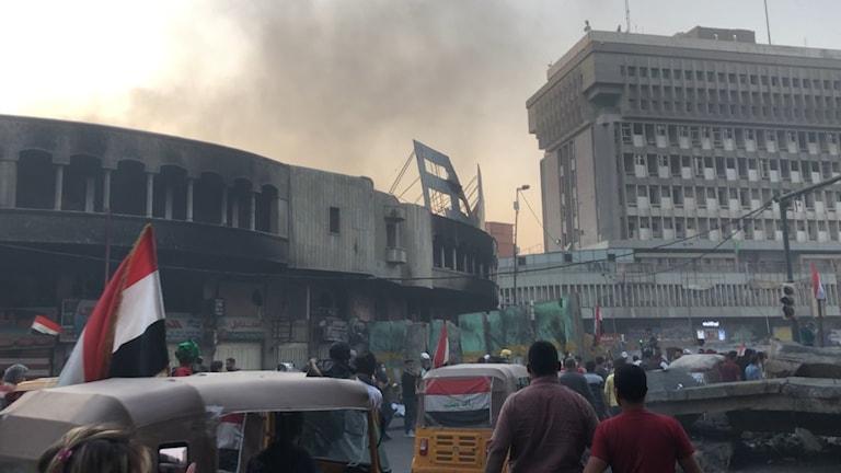Oro i Irak, rök på himmel, människor, fordon