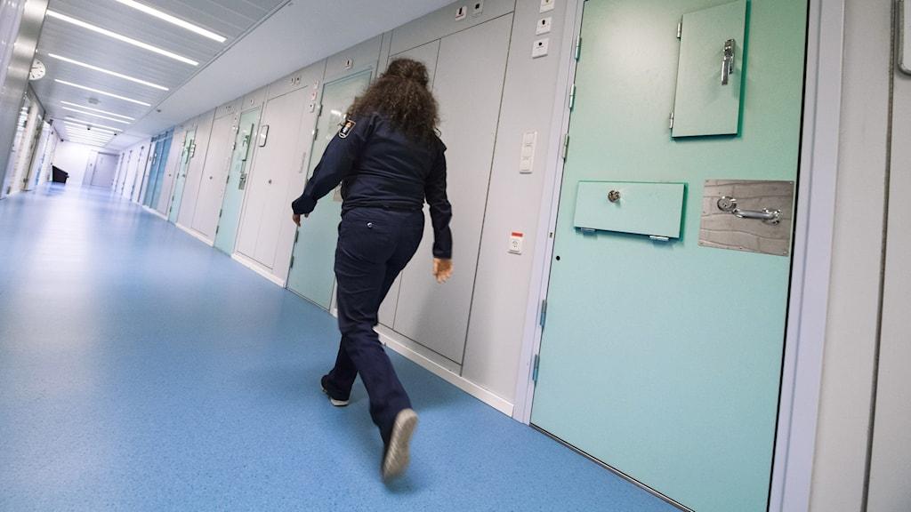 En kriminalvårdare går genom korridoren på häktet i Huddinge.