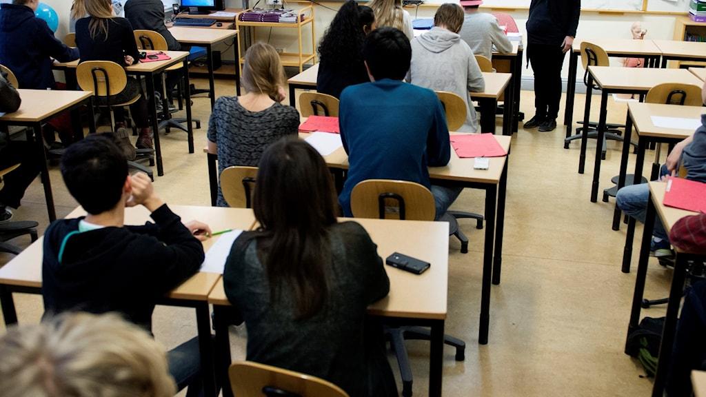 Klassrum med elever och lärare.
