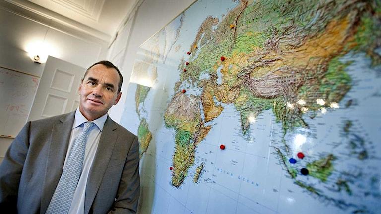 Lundin Petroleums styrelseordförande Ian Lundin framför företagets världskarta. Foto: Lars Pehrson/Scanpix.