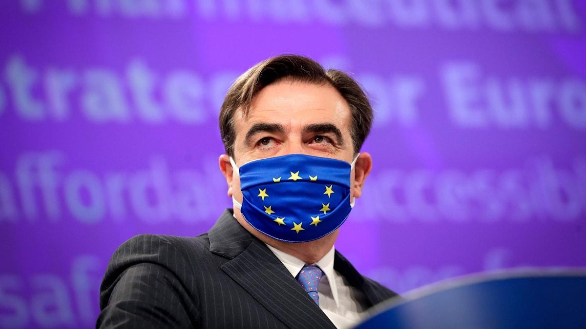 EU-kommissionens vice ordförande Margaritis Schinas i ansiktsmask.