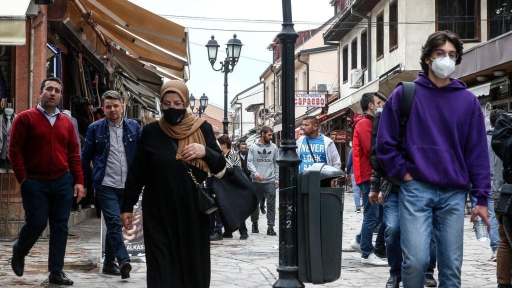 folk går på en gata i skopje