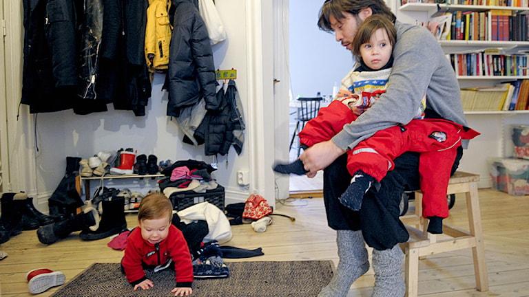Familjen Jesper Ekesiöö och Moa Spanner med barnen Saga, 2 1/2 år och Julian, drygt 1 år på väg till dagis. Foto: Leif R Jansson/Scanpix.
