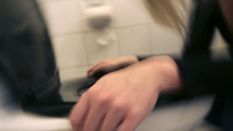 En kvinna som mår illa kräks i en toalettstol. Arkivfoto: Fredrik Sandberg/Scanpix.